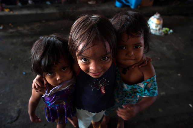 Children beg for alms in a street on August 11, 2014 in Manila, Philippines. The Philippines has one of the fastest growing populations in Southeast Asia with around 100 million people. (Photo by Dondi Tawatao/Getty Images)