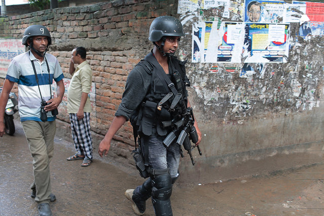 Policemen return after the raiding a building in Dhaka, Bangladesh, Tuesday, July 26, 2016. Police in Bangladesh's capital raided a five-story building Tuesday and killed nine suspected Islamic militants the country's police chief said. (Photo by AP Photo)