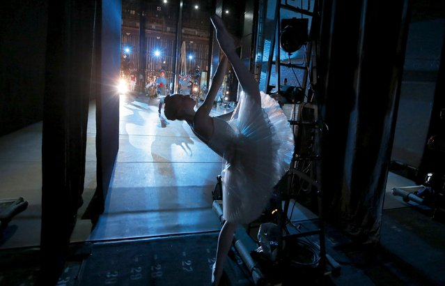 """A ballet dancer stretches backstage during Nacho Duato's """"The Nutcracker"""" at the Mikhailovsky Theatre in St. Petersburg, Russia November 21, 2015. (Photo by Grigory Dukor/Reuters)"""