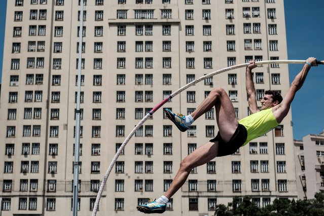 Argentine pole vaulter German Chiaraviglio attempts a jump during the opening competition of the Golden Fly Series 2016 at Maua Plaza in Rio de Janeiro, Brazil, on February 28, 2016. (Photo by Yasuyoshi Chiba/AFP Photo)