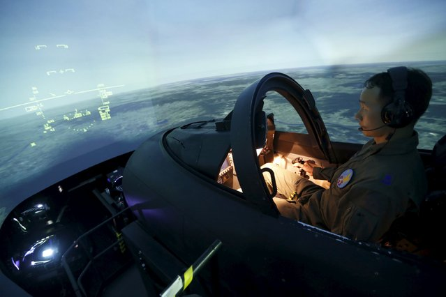 A pilot demonstrates a simulator of the T-50 advanced jet trainer at the First Fighter Wing of South Korean air force in Gwangju, about 320 km (200 miles) south of Seoul, in this August 14, 2013 file photo. (Photo by Lee Jae-Won/Reuters)
