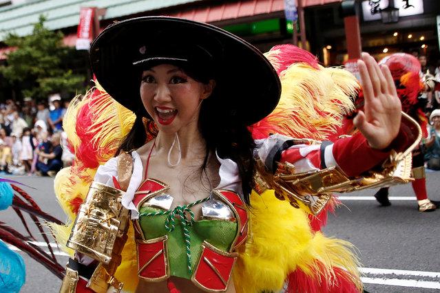 A samba dancer performs during the annual Asakusa Samba Carnival in Tokyo, Japan August 27, 2016. (Photo by Kim Kyung-Hoon/Reuters)