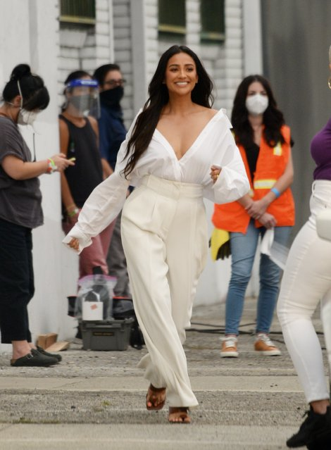 Canadian actress Shay Mitchell busting dancing moves during break for her Tik Tok page as she continues to film for Revlon commercial ad in downtown Los Angeles on September 10, 2020. (Photo by The Mega Agency)
