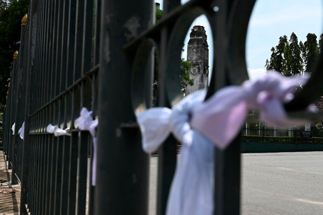 White ribbons are seen tied on a fence at a cemetery as a sign of protest against the government policy of forced cremations of Muslims who die of the coronavirus, in Colombo December 14, 2020. Sri Lanka said on December 9 it would cremate the bodies of 19 Muslim coronavirus victims, overriding the families' objections against the contentious policy. (Photo by Lakruwan Wanniarachchi/AFP Photo)