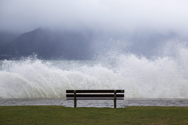 The bad weather comes on the shore of the Geneva Lake, in Vevey, Switzerland, 11 January 2016. Meteorologists predict rainy weather for the week. (Photo by Cyril Zingaro/EPA)
