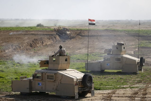 Iraqi soldiers from the army's 72nd Brigade participate in a live ammunition training exercise with U.S.-led Coalition trainers at Basmaya military base in south of Baghdad, Iraq, January 27, 2016. (Photo by Thaier Al-Sudani/Reuters)