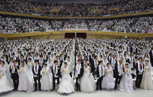 Thousands of couples take part in a mass wedding ceremony at Cheongshim Peace World Center on February 17, 2013 in Gapyeong-gun, South Korea.  (Photo by Chung Sung-Jun/Getty Images)