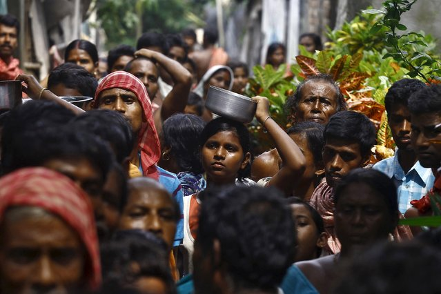 Flood-affected people crowd as they wait for relief supplies at Howrah district in West Bengal, India, August 5, 2015. (Photo by Rupak De Chowdhuri/Reuters)