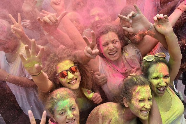 """People take part in a battle of colors during the """"Roma Colours"""" event on June 29, 2016 in Rome, Italy. (Photo by Gabriel Bouys/AFP Photo)"""