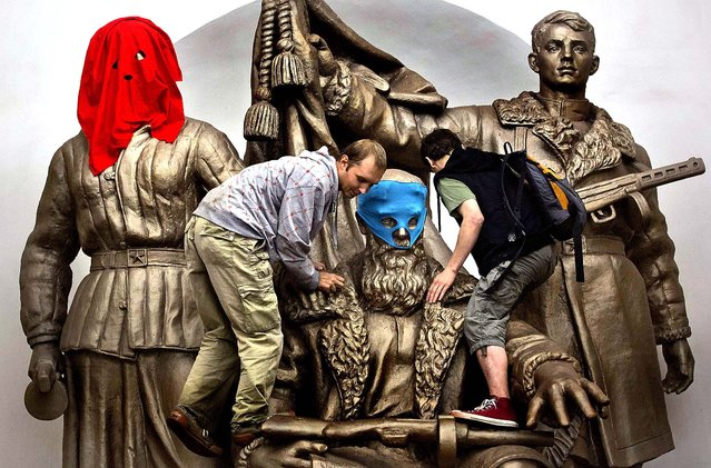 p*ssy Riot supporters place masks on a monument to WWII heroes to resemble members of the group, at a subway station in Moscow. (Photo by Yevgeny Feldman/Novaya Gazeta)