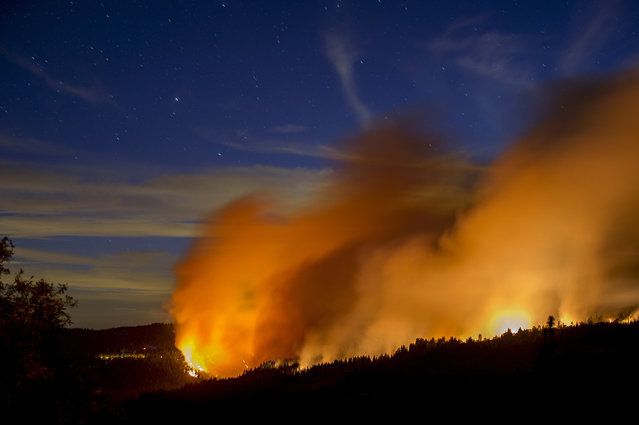Flames and smoke from the King Fire fill the sky above Fresh Pond, California September 16, 2014. (Photo by Noah Berger/Reuters)