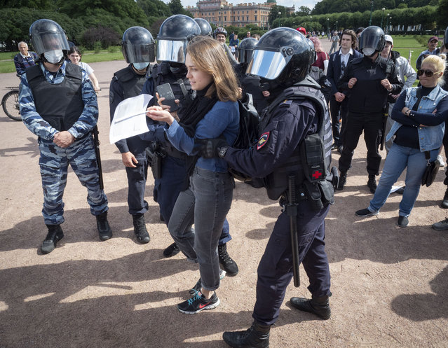 Police detain a protester during a rally supporting Khabarovsk region's governor Sergei Furgal in St.Petersburg, Russia, Saturday, August 1, 2020. (Photo by Dmitri Lovetsky/AP Photo)