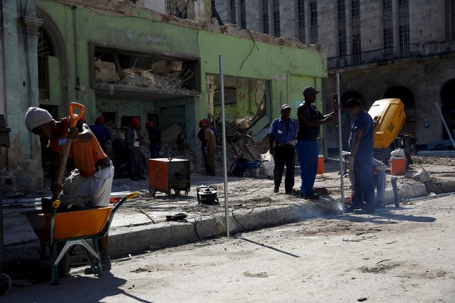 Workers fix a building and a sidewalk in Havana September 18, 2015. (Photo by Carlos Garcia Rawlins/Reuters)
