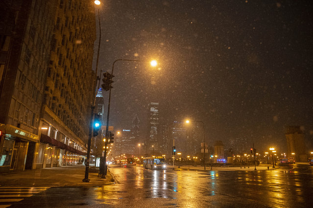 Snow falls on the city of Chicago near the S Michigan Ave and E Balbo Ave in the Loop, Monday, January 25, 2021. (Photo by Anthony Vazquez/Chicago Sun-Times via AP Photo)