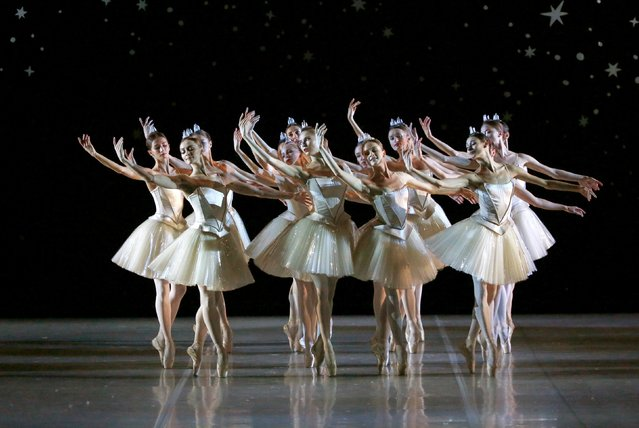 """Ballet dancers perform in Nacho Duato's """"The Nutcracker"""" at the Mikhailovsky Theatre in St. Petersburg, Russia November 20, 2015. (Photo by Grigory Dukor/Reuters)"""