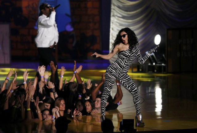 "Rappers Ty Dolla Sign (L) and Charli XCX perform ""Drop That Kitty"" during the 2015 MTV Movie Awards in Los Angeles, California April 12, 2015. (Photo by Mario Anzuoni/Reuters)"
