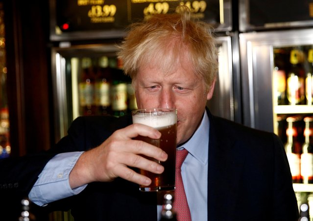 Boris Johnson, a leadership candidate for Britain's Conservative Party, holds a beer at Wetherspoons Metropolitan Bar in London, Britain, July 10, 2019. (Photo by Henry Nicholls/Reuters/Pool)