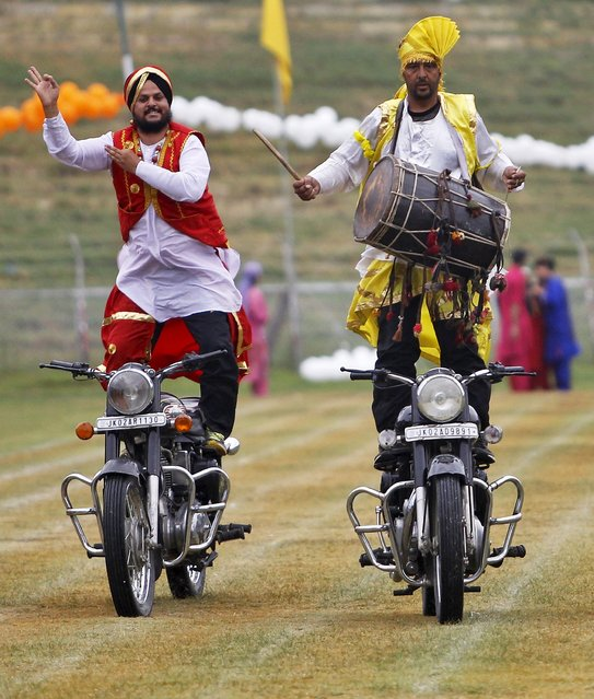 Kashmiri policemen perform a stunt on their motorbikes during India's Independence Day celebrations in Srinagar, August 15, 2015. (Photo by Danish Ismail/Reuters)
