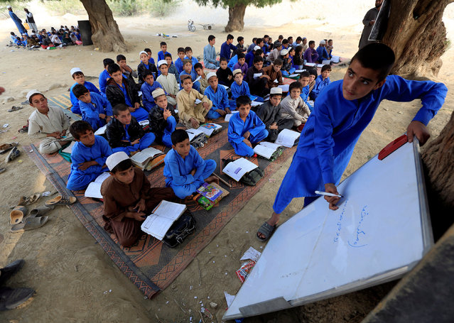 Afghan children study at an open area in Ghani Khel district of Jalalabad, Afghanistan November 6, 2017. (Photo by Reuters/Parwiz)