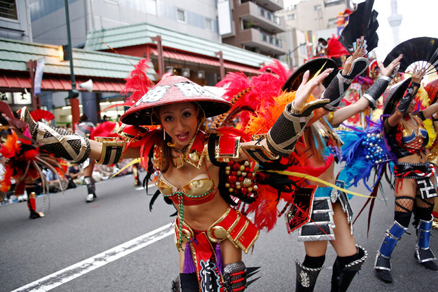 Samba dancers perform during the annual Asakusa Samba Carnival in Tokyo, Japan August 27, 2016. (Photo by Kim Kyung-Hoon/Reuters)
