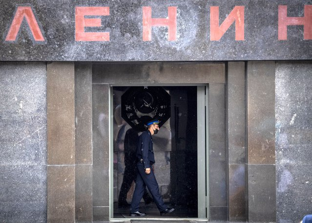 An officer wearing a face mask to protect against the coronavirus disease guards at the entrance to the Vladimir Lenin's Mausoleum on Red Square in downtown Moscow on July 30, 2020. (Photo by Yuri Kadobnov/AFP Photo)