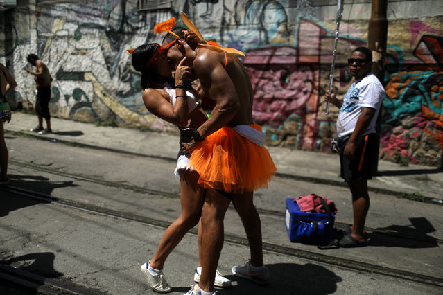 """Revellers kiss each other as take part in an annual block party known as """"Ceu na Terra"""" (Heaven on Earth), during carnival festivities in Rio de Janeiro, Brazil February 3, 2018. (Photo by Pilar Olivares/Reuters)"""