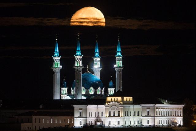 The Moon setting down over the Qolsarif Mosque in the Kazan Kremlin in Kazan, Russia on August 24, 2018. (Photo by Yegor Aleyev/TASS)