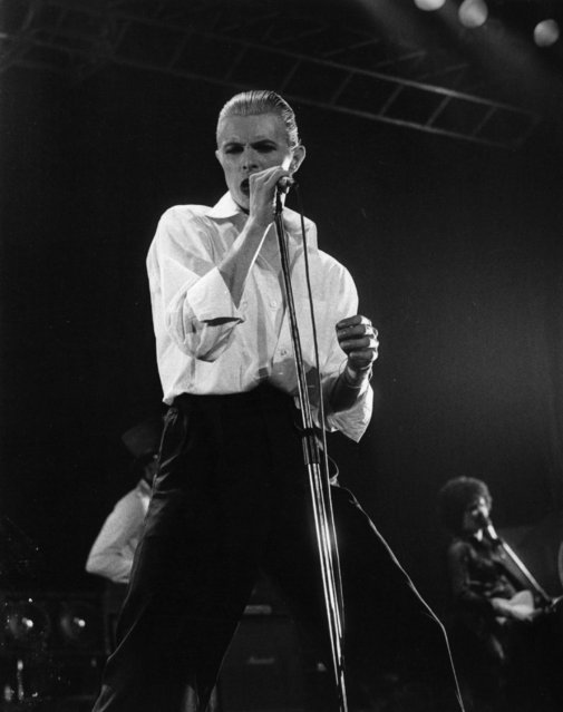 27th May 1976: David Bowie performing live at Wembley stadium during his 'Station To Station' tour. (Photo by Evening Standard/Getty Images)