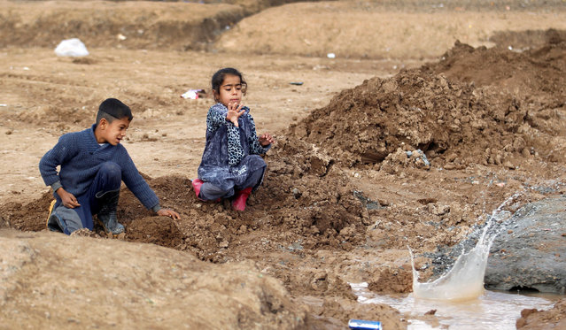 Displaced Iraqi children, who fled the Islamic State stronghold of Mosul, play at Khazer camp, Iraq January 4, 2017. (Photo by Khalid al Mousily/Reuters)
