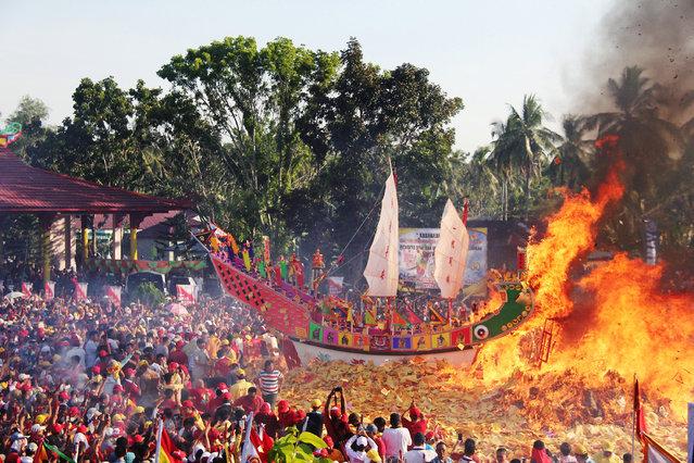 Konghucu worshippers gather as they attend the Bakar Tongkang ritual in Bagansiapiapi, Riau province, Indonesia, June 19, 2019 in this photo taken by Antara Foto. (Photo by Aswaddy Hamid/Antara Foto via Reuters)