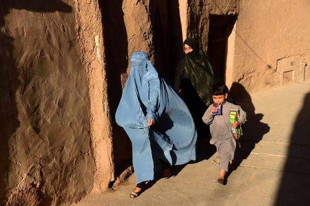 In this photograph taken on May 21, 2017, Afghan women make their way through the old part of Herat, Afghanistan. (Photo by Hoshang Hashimi/AFP Photo)