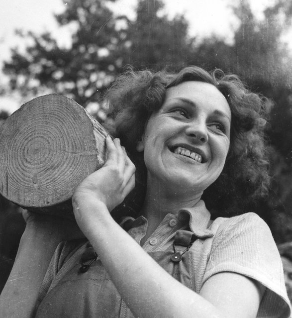 A landgirl of the Timber Corps, 1942. (Photo by Horace Abrahams/Keystone Features)