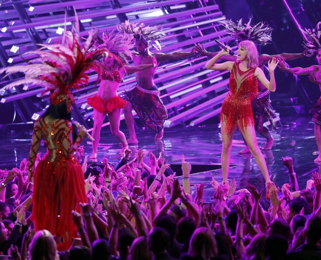 """Nicki Minaj performs """"The Night is Still Young"""" with Taylor Swift (R) at the 2015 MTV Video Music Awards in Los Angeles, California August 30, 2015. (Photo by Mario Anzuoni/Reuters)"""