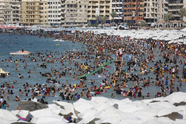 Egyptians crowd a public beach during a hot day in the Mediterranean city of Alexandria September 5, 2014. (Photo by Amr Abdallah Dalsh/Reuters)