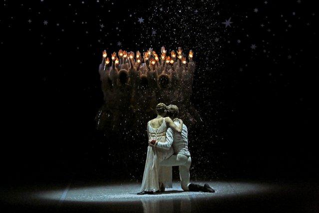"Ballet soloist Valeria Zapasnikova (L) and principal dancer Leonid Sarafanov perform in Nacho Duato's ""The Nutcracker"" at the Mikhailovsky Theatre in St. Petersburg, Russia November 20, 2015. (Photo by Grigory Dukor/Reuters)"