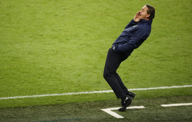 Italy's coach Roberto Mancini speaks to his players during the UEFA EURO 2020 final football match between Italy and England at the Wembley Stadium in London on July 11, 2021. (Photo by John Sibley/Pool via AFP Photo)