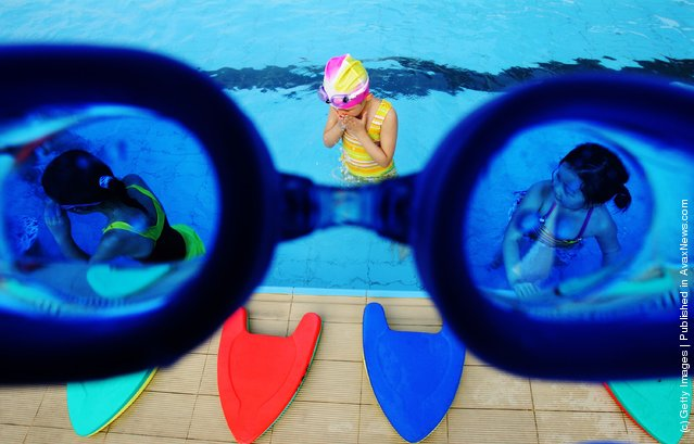 A child attends a training session in a swimming pool