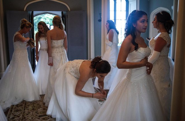 Debutantes prepare to leave Boughton Monchelsea Place ahead of the Queen Charlotte's Ball on September 9, 2017 in Maidstone, England. (Photo by Jack Taylor/Getty Images)
