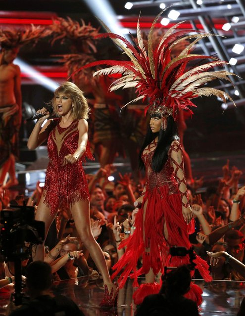"""Taylor Swift (L) performs """"Bad Blood"""" with Nicki Minaj at the 2015 MTV Video Music Awards in Los Angeles, California August 30, 2015. (Photo by Mario Anzuoni/Reuters)"""