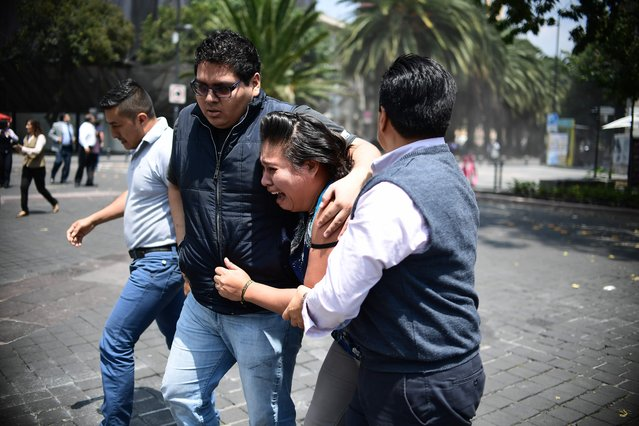 People react as a real quake rattles Mexico City on September 19, 2017 as an earthquake drill was being held in the capital. (Photo by Ronaldo Schemidt/AFP Photo)