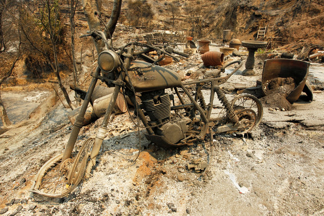 A motorcycle sits at the site of a destroyed home after the Soberanes Fire burned through the Palo Colorado area, north of Big Sur, California, July 31, 2016. (Photo by Michael Fiala/Reuters)