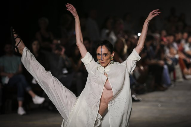 A dancer performs during Portuguese designer Teresa Martins for TM Collection during her runway show at the 41st edition of the Portugal Fashion Event in Lisbon, Portugal, 14 October 2017. (Photo by Jose Sena Goulao/EPA/EFE)