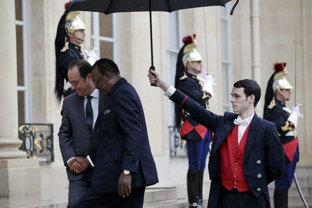 Chad's President Idriss Deby Itno (C) is welcomed by French President Francois Hollande (L) at the Elysee palace in Paris, France, October 5, 2015. (Photo by Philippe Wojazer/Reuters)