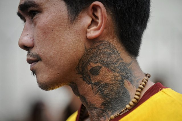 A devotee shows his tattoo image of the Black Nazarene during the annual procession in Manila January 9, 2015. (Photo by Ezra Acayan/Reuters)