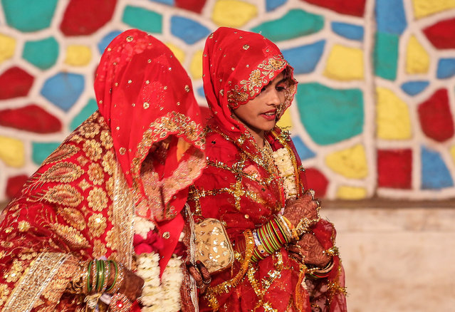 Indian Muslim bride dressed in traditional marriage attire takes part an annual mass marriage ceremony organized by Hazrat Shah Saqlain Academy of India, in Mumbai, India, 14 February 2021. (Photo by Divyakant Solanki/EPA/EFE)