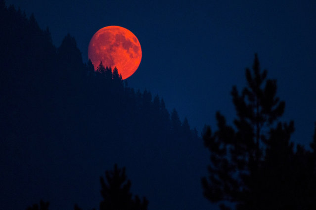 Full moon, Montana, Glacier National Park. (Photo by Caters News)