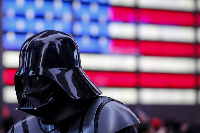 A man dressed as Darth Vader from Star Wars walks though Times Square during unseasonably warm weather on Christmas eve in the Manhattan borough of New York December 24, 2015. (Photo by Carlo Allegri/Reuters)