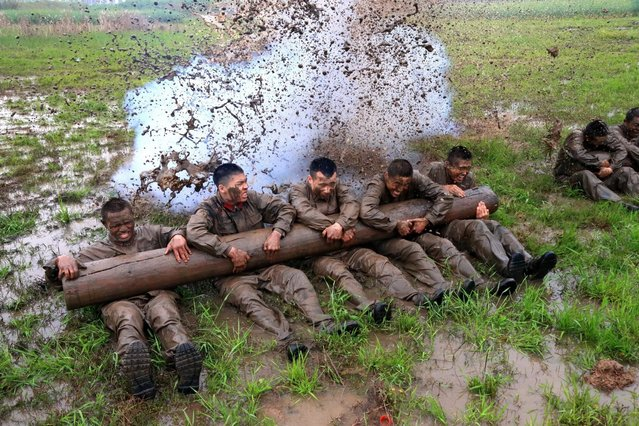 A picture made available on 30 March 2016 shows members of the anti-terror squad of the local paramilitary force have a training in Suining, in southwest Sichuan province, China, 29 March 2016. (Photo by Zhong Min/EPA)