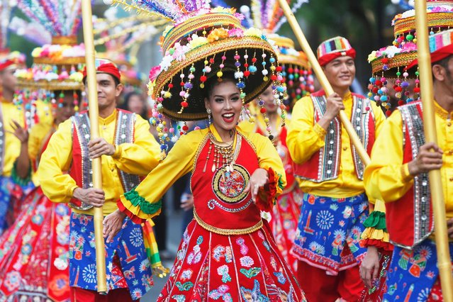 Indonesian artists perform traditional dance during a carnival at a main street in Jakarta, Indonesia, 30 June 2019. Hundreds Jakarta's artists perform their traditional outfit dan dances in front of thousands residents to mark capital city's 492nd anniversary. (Photo by Adi Weda/EPA/EFE)