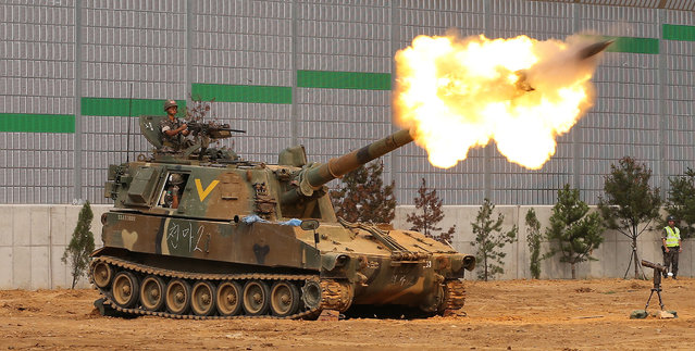 A live fire drill is held by the South Korean artillery unit at the border with North Korea in Yeoncheon County, Gyeonggi Province, South Korea, 30 July 2014. (Photo by EPA/Yonhap)